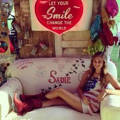 Love the couch idea redneck red carpet party for Sadie from Duck Dynasty Duck Dynasty Sadie, Duck Dynasty Cast, Robertson Family, Sadie Robertson, Jep And Jessica, Miss Kays, Red Carpet Party, Barn Parties, Duck Calls