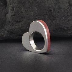 Anillo de plata de ley y madera red heart con forma de corazón. Sterling silver and red heart wooden ring. Adam Ballester Joyas.