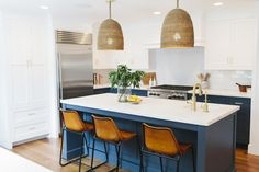 What makes a modern kitchen modern? Click through for tips + our favorite  combinations!