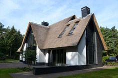 Nieuwbouw moderne villa met rietgedekte kap