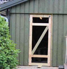 Dørramme på dør til skur nu forsynet med skrå afstivning Shop Doors, Diy Garage, Diy Door, Diy Woodworking, Table And Chairs, Decoration, Pergola, Household, Cottage