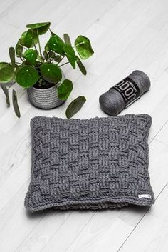 Gratis opskrift: kurvemønstrede puder 30 x 50 cm & 40 x 40 cm - Rito. Crochet Home, Crochet Yarn, Knitted Cushions, Ribbon Yarn, Decorative Pillows, Sewing Crafts, Needlework, Diy And Crafts, Crochet Patterns