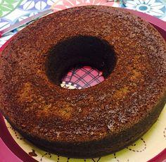 El tradicional keke húmedo de chocolate. Los ingredientes son súper baratos y es la base para cualquier torta o keke decorado. Se puede partir por la mitad y agregarle fudge o manjar.