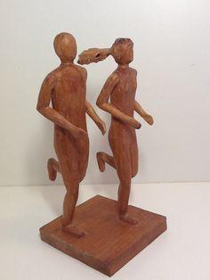 Noivinhos topo de bolo de casamento. Esculturas de madeira. São esculturas originais ou personalizadas para o casal e outras ocasiões. #casamento, #noiva, #noivado, #topodebolo, #bolodecasamento, #decoração, #lembrança, #topodebolomadeira, #noivinhosdemadeira #noivinhosdiferentes #wedding #casamentonocampo