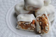 White chocolate, caramel and pretzels Just Desserts, Delicious Desserts, Yummy Food, Candy Recipes, Snack Recipes, Snacks, Yummy Treats, Sweet Treats, Homemade Candies