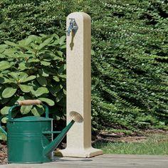 Wasserentnahmestelle in Form einer geschliffenen Stele in der Farbe sandstein für einfaches und bequemes Wasser zapfen. #wasserzapfstelle #regentonnenshop www.regentonnenshop.de