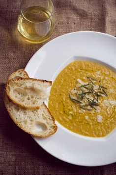 Tuscan white bean soup >> I want this right now!