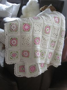 Free flower granny square pattern - this would be great for a baby blanket, especially if you alternated between this square design and a neutral colored, plain Crochet Motifs, Crochet Quilt, Crochet Blocks, Crochet Squares, Love Crochet, Baby Blanket Crochet, Crochet Stitches, Crochet Patterns, Beautiful Crochet