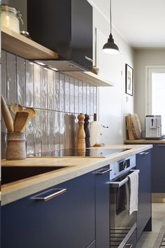 Asuntokaupat sokkona -ohjelman yhdeksännessä jaksossa keittiön yksityiskohdat olivat kupariset! Vetiminä keittiössä on linjakas ja moderni Cubix kupari. #asuntokaupatsokkona #nelonen #jakso9 #vetimet #vedin #sisustus #sisustussuunnittelu #keittiö #keittiösuunnittelu #inspiraatio #ideoita #kitchen #interior #design #Retro #kupari #messingöity #lankavedin #helatukku My Dream Home, Interior Design, Retro, Kitchen, Home Decor, Nest Design, My Dream House, Cooking, Decoration Home