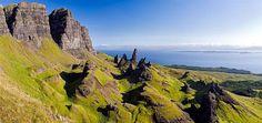 Ilha de Skye  Quiraing, o cume de uma montanha na Península de Trotternish.