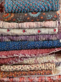 Quilts decor - seeing stacks of beautiful fabric like this makes me wish I could sew Old Quilts, Antique Quilts, Vintage Textiles, Vintage Quilts, Colchas Quilt, Kantha Quilt, Patchwork Quilting, Whole Cloth Quilts, Home Textile