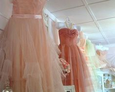 Prom dresses, ideal for vintage wedding 50s Prom Dresses, Vintage Bridesmaid Dresses, Vintage Dresses, Vintage Prom, Peach Dresses, Bridesmaid Ideas, Vintage Hats, Dresses Dresses, Cute Fashion