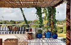 Sobre a laje da garagem, a arquiteta Lígia Resston criou o terraço com cobertura de bambu e estrutura de toras de eucalipto, nas quais cresce a trepadeira tumbérgia
