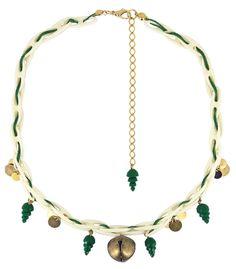 Família Guizo :: Colar Guizo feito com peças de resina crua, bordado com corda verde, detalhes em resina verde e moedinhas de metal ouro velho