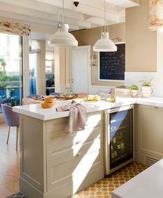 Peque a cocina con pen nsula y office armarios tonos - Cocina office pequena ...