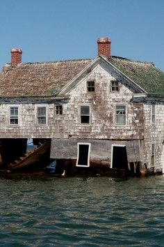 Holland Island is a marshy, rapidly eroding island in the Chesapeake Bay, in Dorchester County, Maryland, Old Buildings, Abandoned Buildings, Abandoned Places, Unusual Buildings, Smith Island, Chesapeake Bay, Haunted Places, Ghost Towns, Architecture