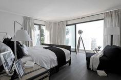 schlafzimmer schwarz weiß glas schiebetüren terrasse vorhänge