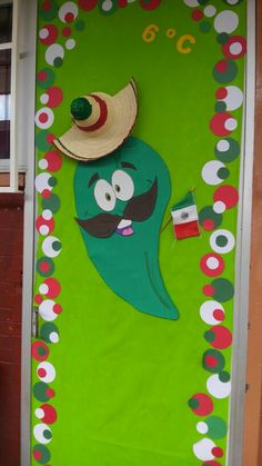 Decoración de puerta mexicana, fiestas patrias, chile mexicano Class Decoration, School Decorations, Spanish Classroom Decor, Preschool Door, Classroom Board, Bulletin Boards, Teacher Doors, Mexican Crafts, School Doors