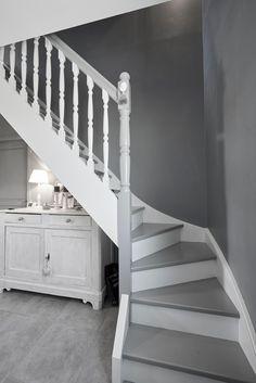 Escalier gris et blanc - Constructeur de maisons Mètre Carré Agen Bordeaux et Toulouse