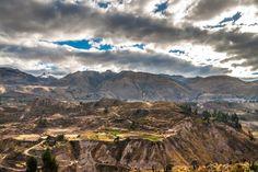 E' il Sud, meno noto e frequentato, la regione del Perù da esplorare. Per città come Arequipa, circondata da vulcani, con palazzi in pietra biancae chiese barocche, e per gliscenari naturali mozzafiato,come il Canyon del Colca, nella foto.Il secondo canyon più profondo al mondo che si estende per 70 chilometri e scende oltre 3.000 metri.