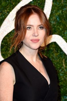 Angela Scanlon Loose Ponytail - Angela Scanlon wore a sexy-romantic loose ponytail with center-parted, wavy tendrils during the British Fashion Awards. Loose Hairstyles, Ponytail Hairstyles, Wedding Hairstyles, Hairdos, Wavy Hair, Red Hair, Angela Scanlon, Loose Ponytail, Bionic Woman