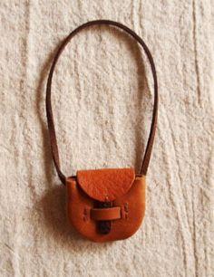 小さな小さなポシェット人形や鞄にくくりつけたり 紐を変えて首からさげたり○牛革、麻糸、スエード調の紐○鞄部分の大きさ約3,5cm×3,5cm○紐は...|ハンドメイド、手作り、手仕事品の通販・販売・購入ならCreema。