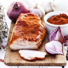 Slănină fiartă cu usturoi și boia Pork Meat, Charcuterie, Good Food, Yummy Food, Romanian Food, Hungarian Recipes, Smoking Meat, International Recipes, Pork Recipes