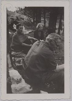 Photograph of Léon Trotsky accompanied by his wife, his Secretary and Frida Kahlo as well as of other photographs taken in Mexico in 1938. Silver print on paper. Léon Trotsky, his Secretary, Natalia Trotsky, Frida Kahlo. It joins two prints of Trotsky, Rivera and Breton and a late contretype of Breton and Trotsky.