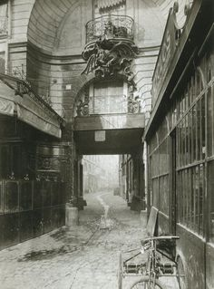 cour du Dragon - Paris 6ème - La cour du Dragon en 1900. On voit le fameux dragon qui donna son nom à la voie... (photo par Eugène Atget)