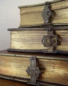 vintage clasps on antique books . idea, what if I used ribbon or leather strips to vintage closures, like belt buckles to wrap around old books? Old Books, Antique Books, Antique Keys, I Love Books, Books To Read, Book Libros, Book Nooks, Reading Nooks, Library Books
