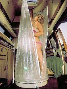 Reisedusche rund mit Wanne Ideal für Caravan und Reisemobile. Der Duschvorhang ist oben und unten geführt. Ø70 cm, Höhe 180 cm. Mit Reißverschluss, daher kann keine Feuchtigkeit nach außen dringen. Lieferumfang: Wanne weiß 3 mm...