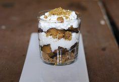 11 őrjítően jó pohárkrém - gyorsan dobd össze! | NOSALTY Creme Brulee, Sweet Recipes, Tiramisu, Panna Cotta, Breakfast Recipes, Oatmeal, Pudding, Sweets, Snacks