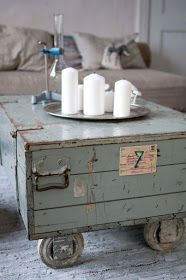 Michelle - Blog #Old and #charming #vintage #suitcases Fonte: http://kellydiy.com/diy-coffee-tables/diy-coffee-table-9/