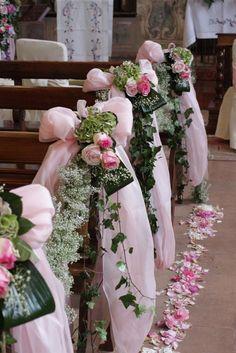 Bouts de banc pour cérémonie/église. Composés de roses, gypsophile et feuillages divers