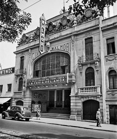 El cine Balmori, ubicado en la avenida Álvaro Obregón casi esquina con Orizaba, colonia Roma, en una toma de 1944. Esta sala de estilo ecléctico abrió sus puertas en 1930 y tuvo capacidad para más de 1,800 espectadores; en su lugar se construyó un edificio de oficinas.  Imagen: Juan Guzmán, Fuente La Ciudad De México En El Tiempo (FB)