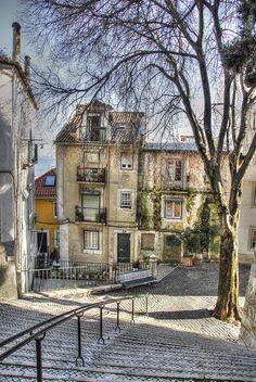 Lisboa - Famoso e característico Bairro de Alfama - Portugal.