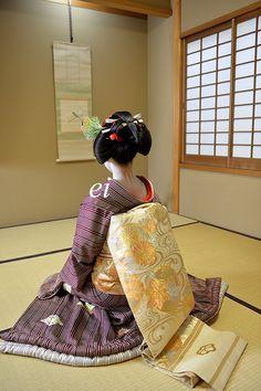 祇園東舞妓 涼香 さんが先笄髷を結いました。襟替えです。東では美晴さん以来ですので数年振りに芸妓が誕生します。 先笄の髷は何度拝見しても美しさに見惚れて...