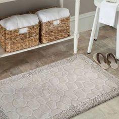 Udekoruj swoją łazienkę w nowoczesnych odcieniach beżu. Dzięki temu wspaniałemu kompletowi dywaników łazienkowych to proste i bardzo przyjemne. Ten miękki zestaw ze wzorem kamyczki, sprawi, że poczujesz się cudownie po zakończeniu kąpieli lub prysznica. Ten łazienkowy zestaw z bawełny 100 % pochłania kapiącą wodę. #dywan #dywany #dywanik #komplet #kompletłazienkowy #dywanikiłazienkowe #dywanikidołazienki #łazienka #bath #bathroom #bezowy #beżowy #beż #kamyczki #kamienie #dywaniki Bath Mat, Contemporary, Rugs, Home Decor, Design, Products, Farmhouse Rugs, Decoration Home, Room Decor