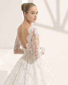 Vestido de novia estilo princesa de encaje en manga larga, con escote barco, espalda V y transparencias. Colección 2018 Rosa Clará Couture.