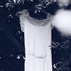 Enamorada del vestido que @pilarbande diseñó para Blanca, con aplicación @tocadoslescocons a juego con el tocado.  Foto: @beapeixotofotografia  #tocados #aplicación #aplicaciones #tocadosvigo #headpiece #corona #tiara #crown #diadema #courone #novia #bride #bridal #noiva #noviaslescocons #wedding #boda #casamento #mariage #porcelanafria #coldporcelain #handmade #hechoamano #tocadosnovia #artesania #artisanat #artesaniadegalicia
