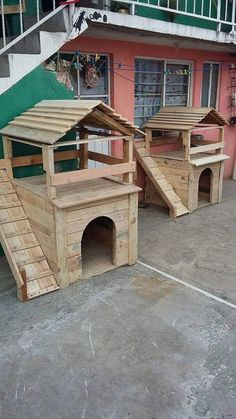 Setting up a nice little space for your favorite pet dog will definitely make him feel extra special. A pallet wood hut with slanted roof and rectangular base is the perfect sort of dog house that a dog deserves.