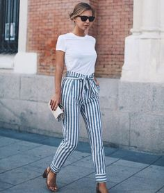 T-shirt branca, calça clochard listrada, sandália aberta de tira, block heels