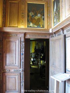 Cabinet des Grelots à Beauregard. - Jean du Thier fut un grand humaniste et le protecteur des poètes Joachim du Bellay et Pierre de Ronsard. A partir de 1553 il appela plusieurs artistes étrangers qui travaillaient pour Henri II dont le peintre Nicolo dell'Abbate qui décora de fresques et Francesco Scibec da Capri qui sculpta les boiseries de son Cabinet des Grelots au pied des fenêtre de l'aile sud du chateau de Beauregard. Jean du Thier entretenait une collection de plantes rares.
