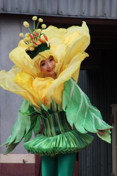 she looks like a fairy from the spiderwick chronicles Creative Costumes, Cool Costumes, Halloween Costumes, Flower Costume, Halloween Karneval, Alice Costume, Wonderland Costumes, Theatre Costumes, Fantasy Costumes
