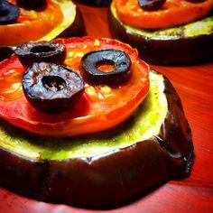 Mini pizza de berinjela com pesto de espinafre, tomate e azeitonas pretas