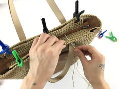Crochet Handbags, Crochet Purses, Crochet Bags, Diy Tote Bag, Diy Purse, Crochet Flower Headbands, Crochet Wallet, Crochet Christmas Gifts, How To Make Purses