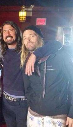 New pic!! 6 dec 2014 backstage at Irving plaza venue in NYC where ff play tonight. Dave grohl. Taylor Hawkins.