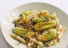 ** PASTA CON FIORI DI ZUCCA E BRESAOLA - Ingredienti: gr. 80 pasta - gr. 60 bresaola a cubetti - 3 zucchine piccole - 2 cipollotti - fiori di zucca - poco brodo - 1 cc olio oliva. Cuocere in una padella antiaderente i cipollotti e le zucchine affettati con il brodo, aggiungere la bresaola e da ultimo e fiori di zucca. Condire con il sugo la pasta. PORZIONI WW: 2 carb. scuri - 1 proteina - 1 olio - 1 verdura