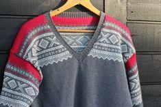 Bursdagsgave til gubben, del II – Mariusgenser på strikkemaskin Mini, Men Sweater, Sweaters, Knitting Machine, Knits, Fashion, Moda, Fashion Styles, Men's Knits