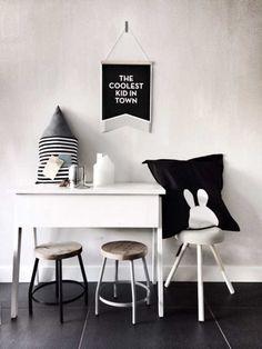 quarto infantil preto e branco com design escandinavo